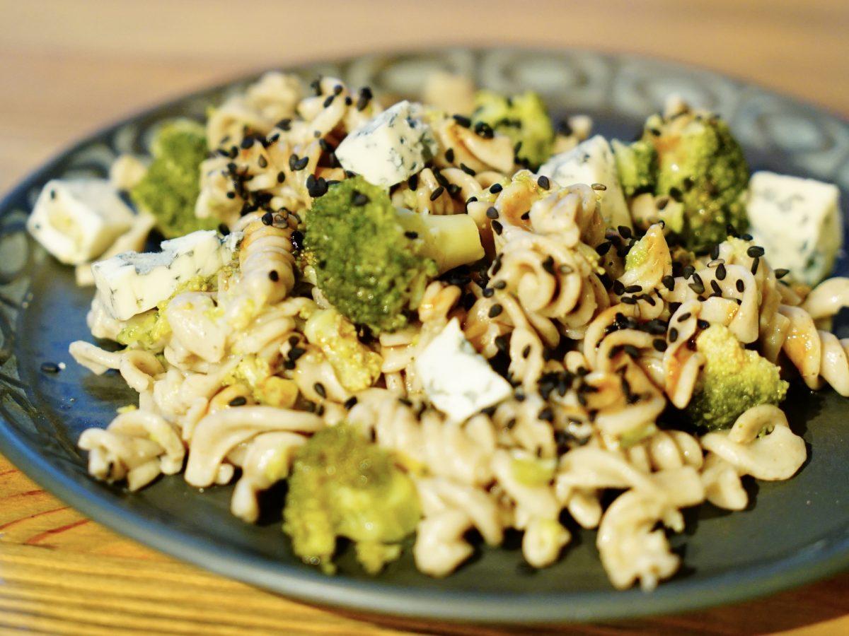 Makaronowa sałatka z brokułem