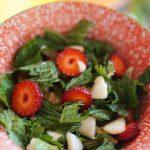 Sałatka z pokrzywą i truskawkami